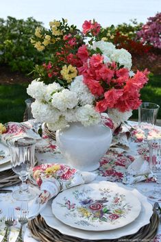 Flower Centerpieces, Flower Arrangements, Lakeside Dining, Spring Weather, Center Table, Cozy Cottage, Tablescapes, Table Settings, Bloom