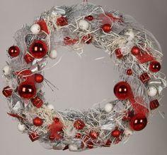 Outdoor Christmas Wreath | Wianek Bozonarodzeniowy na drzwi wejsciowe #goldxmas #xmas2014 #christmasdecor #wreath #dekoracje #bozenarodzenie #wianek #whiteandred