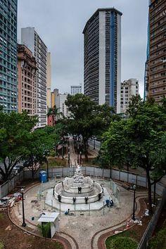 Chafariz da praça Júlio de Mesquita, no centro de São Paulo, está sendo cercada com vidro para evitar atos de vandalismo Leia mais