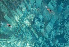 """Piscina no topo do centro desportos Bhaktipark com um efeito incrível! A ideia surgiu como uma forma inovadora de mostrar o impacto negativo da mudança climática global. Uma vista aérea de uma cidade foi """"colada"""" na base de uma piscina transmitindo um efeito chocante semelhante a uma cidade submersa na água – um visual de …"""