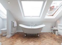 Longtemps considérées comme une pièce invivable, vous pouvez maintenant aménager une salle de bain sous pente dans les combles de votre maison.