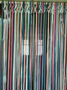 Een vliegengordijn! Beaded Door Curtains, Diy Curtains, Macrame Art, Macrame Knots, Curtain Divider, Boho Decor, Pattern Design, Diy Home Decor, Bb