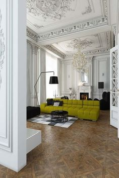 Et si vous décoriez votre plafond avec des moulures, rosaces ou corniches ? Optez pour la couleur !