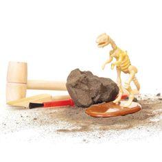 """Votre petit paléontologue devra utiliser les outils fournis pour dégager les os de ce """"dinosaure"""" enfermé dans de la """"roche"""". Une fois les os mis à jour, il devra remonter le squelette de l'animal. Hauteur de l'oeuf de """"roche"""": 7 cm. 9,90 € http://www.lafolleadresse.com/jouets/2874-fossile-de-dinosaure-a-degager.html"""
