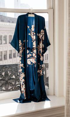 Silk Robe Long, Silk Kimono Robe, Kimono Top, Long Kimono Outfit, Kimono Dress, Kimono Fashion, Boho Fashion, Japan Fashion, Mode Inspiration