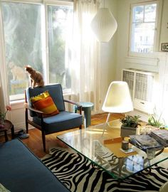 I love the style of this room. And the cat reminds me of my Eliza :)