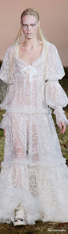 Alexander McQueen Fall 2014 RTW - Similar to the Marie sleeve, made with puffs formed by using ribbons to pull full sleeve close to the arm. White Fashion, Paris Fashion, Boho Fashion, Alexander Mcqueen, British Style, Wedding Gowns, Flower Girl Dresses, Glamour, Fashion Design