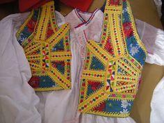 """Dèsulo, Sardegna. """"Is Palettas"""", bustino che si indossava sopra la camicia. Parte davanti."""