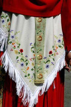 Details du costume ossalois French Costume, Ethnic Fashion, Dance Costumes, Traditional Dresses, Folklore, Aprons, Costume Design, Needlework, Photos
