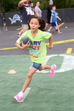 Breanna Yde Photos Photos - The Haunted Hathaways actors Curtis and Breanna attend Nickelodeon's Road To Worldwide Day Of Play with the Detroit Lions on August - Nickelodeon's Road to Worldwide Day of Play Nick Tv Shows, Max Charles, Human Reference, School Of Rock, Girl Crushes, Girl Power, Tv Series, Singer, Celebs