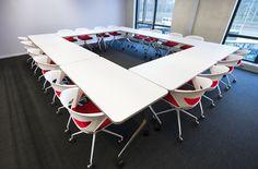 L&N Kantoorinrichting Project Beverwijk vergaderruimte met verrijdbare klaptafels en kicca vergaderstoelen