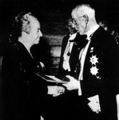 Gabriela Mistral, recibe el premio Nobel de Literatura en 1945