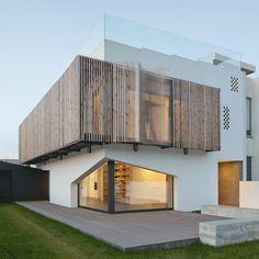 Diseño: E348 Architecture Diseño de balcón cubierto de varillas de madera de pino plegable #modelosdecasasdedospisos