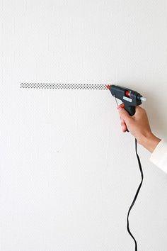 穴をあけずに壁にフレームを飾る方法
