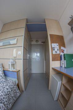 Des placards bien pratiques dans l'entrée Chambre avec salle de bain rénovée Mini Loft, Dorm Room Organization, Strasbourg, Corner Desk, Reims, Cabinet, Storage, Bed, Drama