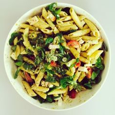 Pastasalade met sla, feta, tomaat, gerookte kip, waterkers, groene pesto, olijven, 2 lente uitjes en zwarte peper, Zie website voor recept