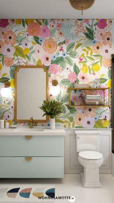 Mit den richtigen Badbeleuchtungs-Ideen lässt sich der Wohlfühlfaktor gleich verdoppeln. Dabei ist es wichtig, dass Du die perfekte Kombi aus praktischen Badleuchten für die alltäglichen Schönheitsprozeduren und stimmungsvollen Lichtquellen zum Entspannen findest. Wir zeigen Dir, was zu beachten ist. Minimalist Bathroom Design, Modern Bathroom Design, Bathroom Interior Design, Small Bathroom Cabinets, Hall Bathroom, Pastel Bathroom, Mini Bad, Powder Room Decor, Interior Design Tips
