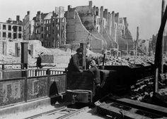 Berlin 1946 Truemmerbahn in der Frankfurterallee
