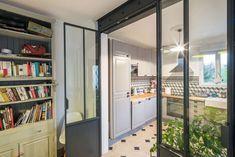Une verrière d'intérieur qui ferme la cuisine et impose son style.