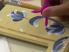 Programa Arte Brasil - 09/06/2015 - Cristine Bicudo - Pintura Decorativa... Fabric Painting, Diy Painting, Painting On Wood, Painting & Drawing, One Stroke Painting, Acrylic Painting Techniques, Painting Videos, Painting Lessons, Art Lessons