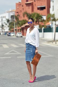 12 Reasons You Desperately Need a Denim Midi Skirt - jupe Denim Pencil Skirt Outfit, Dress Up Jeans, Denim Skirt Outfits, Denim Skirt Outfit Summer, Summer Outfits, Fashion Mode, Denim Fashion, Fashion Outfits, Modest Fashion