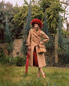 35.6 тыс. отметок «Нравится», 136 комментариев — Fendi (@fendi) в Instagram: «Did someone say garden party? Malgosia setting the mood in #FendiFW17 for @britishvogue…»