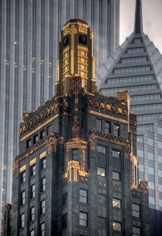 Carbon  Carbide Building in Chicago // El Carbide  Carbon Building, que fue construido en 1929, es un ejemplo de arquitectura Art Déco diseñado por Daniel Burnham y Hubert Burnham, hijos del arquitecto Daniel Burnham.