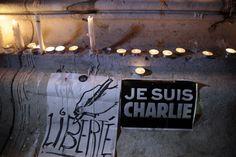 Strage Parigi: raduno con le matite alzate in Place de la République. L'iniziativa a sostegno di Charlie Hedbo è stata lanciata dalle organizzazioni del giornalisti francesi e ha portato in Piazza della Repubblica a Parigi centinaia di cittadini. L'attentato terrorostico contro il settimanale satirico ha provocato la morte di 12 persone.