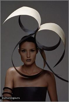 I chose this picture because of its simplistic elegance. It uses sweeping, circular lines and monochrome colours create an eye catching headdress. The white part of the headdress reminds me of an open book which gives it a papery texture. Paper Fashion, Fashion Art, Origami Fashion, Fashion Design, Surface Magazine, Caroline Reboux, Tailoring Techniques, Fascinator Hats, Fascinators