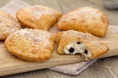 Le cassatelle di ricotta sono dei dolcetti siciliani realizzati da un impasto saporito e fragrante ripieno di crema di ricotta, si sciolgono in bocca!