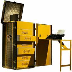 Estação de trabalho com gavetas e espaço para livros