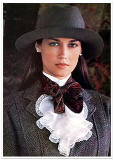 Ralph Lauren ~ Tweed <squared away lady. Look Fashion, Winter Fashion, Womens Fashion, Petite Fashion, Street Fashion, Fashion Design, Estilo Glamour, Traje Casual, Bcbg
