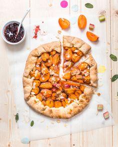 Aujourd'hui je vous retrouve avec une nouvelle recette de tarte idéale pour les beaux jours qui arrivent !! Une tarte abricot confiture de rhubarbe & rhubarbe, façon tarte rustique très rapide et…