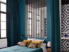 Une verrière en guise de tête de lit
