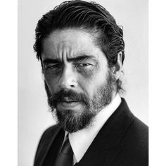 Benicio Del Toro is probably one of the most underrated cool men of Hollywood and a great actor as well. I want his beard! Greg Williams, Fear And Loathing, Kino Film, Hommes Sexy, Celebrity Portraits, Black And White Portraits, Best Actor, Famous Faces, Belle Photo