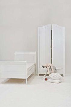 KARWEI   Een witte basis waar je de lievelingskleur van je kind aan toe kan voegen. #wooninspiratie #slaapkamer #karwei
