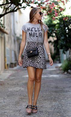 Street style look com saia animal print e sapatilha.