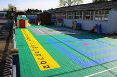 Spielplatz mit Charakter im Kindergarten - gutes Konzept auf Bergo Kunststoffboden