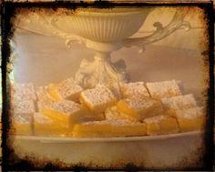 Orange bars accendere  il forno a 180, ungere la pirofila. Nel robot 100 gr di farina,50gr zucchero a velo,75gr burro. Mettere nella teglia livellandolo bene.Infornare per 15 minuti.Toglierle e abbassare a 150 far raffreddare .Sbattere 4 uova,400gr di latte  condensato,150ml di succo di arancia e la scorza, 50gr di farina e mescolare bene.Versare sopra la base raffreddata ed infornare per 30 minuti. Lasciar raffreddare tagliare a tranci e spolverare di zucchero a velo
