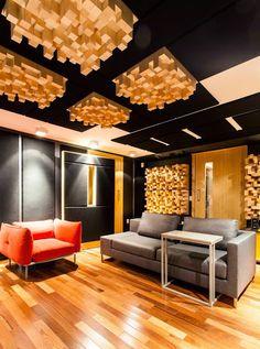 Essa imagem é simplesmente linda e impressionante por causa da decoração. A foto é de uma sala comercial em Florianópolis. Como se pode observar, ao contrário do painel da primeira imagem, se pode optar por colocar o toco inteiro, criando um visual muito diferente e ao mesmo tempo de muito bom gosto!