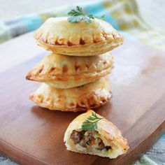 Empanadas with Lamb & Mushrooms. Empanadas with Lamb and Mushroom filling plus all you need to know about this traditional dish. The perfect snack for your Easter party! Paleo Recipes Easy, Lamb Recipes, Gourmet Recipes, Cooking Recipes, Pastel, Brunch Recipes, Party Recipes, Party Snacks, No Cook Meals
