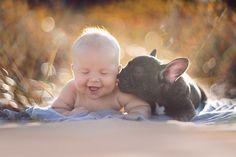 Neonato e cucciolo di bulldog nati lo stesso giorno credono di essere fratelli e fanno tutto insieme