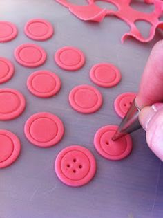 Random musings of a cluttered kitchen.: Cute as a Button: How to Make Fondant Buttons (birthday cake cookies powdered sugar) Cakes To Make, How To Make Cake, Fondant Toppers, Fondant Molds, Fondant Figures, Fondant Cupcakes, Cupcake Toppers, Buttercream Cake, Birthday Cake Cookies