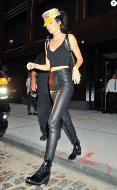 Kendall Jenner se cache des photographes derrière sa casquette Honda motorcycle à la sortie d'un immeuble à New York. Kendall se rend au concert de Guns and Roses dans le New Jersey. Le 23 juillet 2016