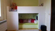 Voici quelques photos d'un lit superposé Mydal que je viens de bidouiller pour ma fille ! Devant l'installer dans une chambre petite et étroite, j'ai opté pour la transformation d'un lit superposé afin de dégager de l'espace et lui créer un petit coin cocoon avec bibliothèque, musique et nuit étoilée. Les étapes : Monter le lit MYDAL comme indiqué sur les plans. Réduction de la largeur du sommier inférieur afin de l'ajuster aux dimensions d'un matelas 140 x 60. Montage d'une structure en…