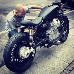 Une bricole et le #cx500 repart au 1/4 de tour  #honda #hondalife #hondalove #hondagram #hondacustomcycles #hondacaferacers #caferacer #caferacerculture #caferacerxxx #caferacersofinstagram #croig #vintagemotorcycle #custombike #bike #biker #bikersofinstagram #rider #ride #gentlemansride #motard #moto #motorrad #motorcycle #motorbike