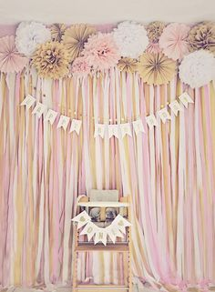 What a perfect pink & gold party backdrop. Love this for a birthday photo booth. Pink and gold fans. Pink and gold birthday banner. Party Kulissen, Festa Party, Gold Party, Party Ideas, Pink And Gold Birthday Party, Party Props, Cake Party, Purple Party, Black Party
