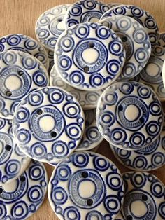 Zeeuwse knopen Button Ornaments, Little Island, Crafts Beautiful, My Roots, Fair Isle Knitting, How To Make Buttons, Ceramic Beads, Delft, Vintage Buttons