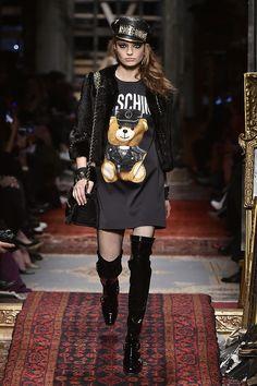 Inverno da Moschino chega em clima de barroco destroyed - Vogue | Desfiles