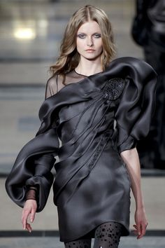 Fluidity & Texture - black dress with decorative tucks & sculptural sleeves - fabric manipulation for fashion // Stephane Rolland Fashion Mode, Gypsy Fashion, Runway Fashion, High Fashion, Fashion Show, Fashion Trends, Fashion Tips, Haute Couture Style, Couture Mode